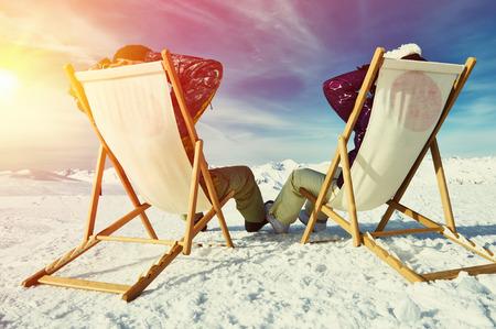 Paar bei Bergen im Winter, Meribel, Alpen, Frankreich