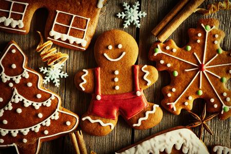 galletas de jengibre: Navidad galletas de jengibre hecho en casa en la mesa de madera Foto de archivo