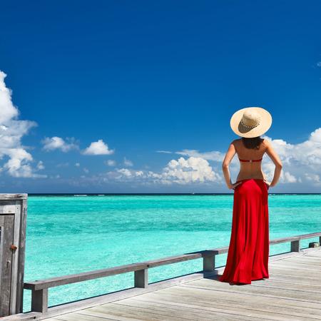 Frau auf einem tropischen Strand Anlegestelle auf den Malediven