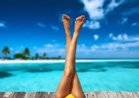 Kobieta relaks na plaży molo