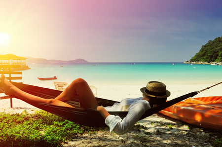 Perhentian 諸島、マレーシアでの熱帯のビーチでハンモックの女性 写真素材