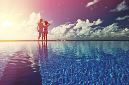 junge nackte m�dchen: Paar am Pool gegen Himmel