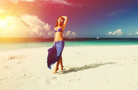 petite fille maillot de bain: Femme dans la jupe à la plage tropicale Banque d'images