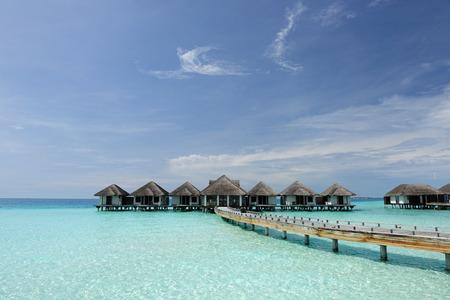 playas tropicales: Hermosa playa con bungalows en el agua en Maldivas Foto de archivo