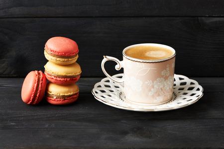 postres: Franceses deliciosos macarrones postre en la mesa Foto de archivo