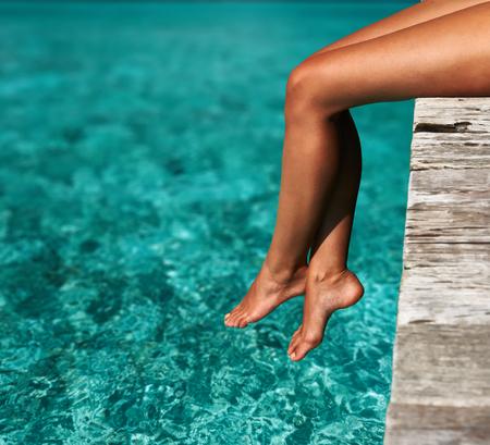 Frau entspannt am Strand Anlegestelle Lizenzfreie Bilder
