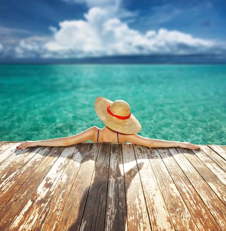 Frau im Hut am Strand Anlegestelle entspannen