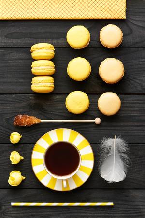 madera rústica: Franceses deliciosos macarrones postre en la mesa Foto de archivo