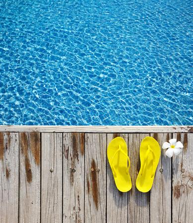 nadar: Amarillo chancletas por una piscina