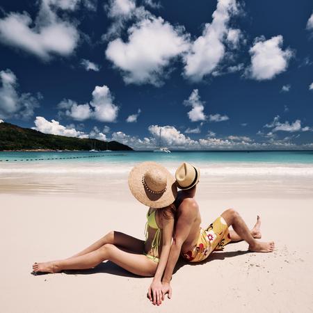 vacaciones en la playa: Pareja en una playa tropical en las Seychelles