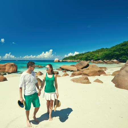 Paar in grün auf einem tropischen Strand von Seychellen