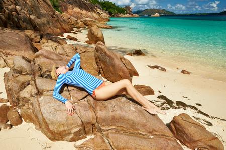 sarpullido: Mujer en la hermosa playa con guardia de erupci�n. Seychelles, Isla Curieuse