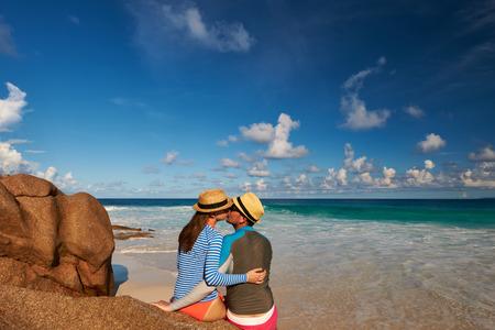rash: Pareja en una playa tropical en las Seychelles vistiendo guardia de erupci�n Foto de archivo