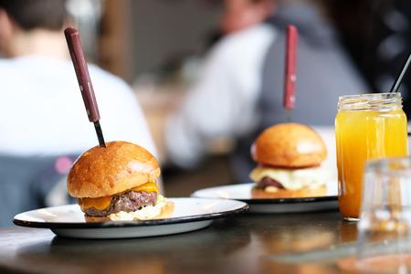 Cheeseburger e limonata in vaso sul tavolo