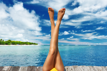 Frau entspannt am Strand Anlegestelle Standard-Bild - 57709379