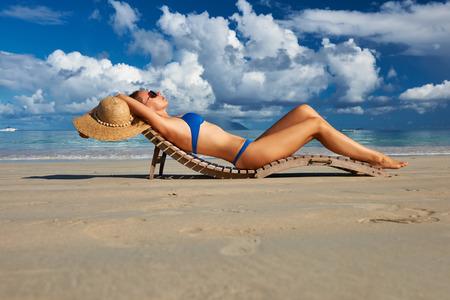 Frau im Bikini, der auf tropischen Strand von Seychellen