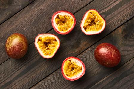 frutas tropicales: Frutas de pasión en la mesa de madera oscura