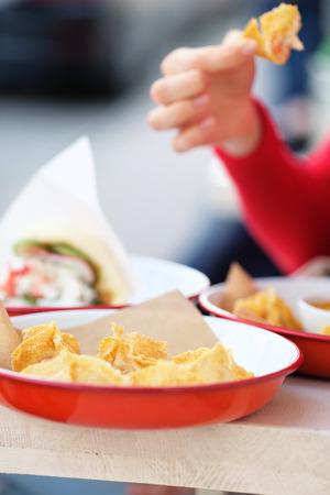 comiendo pan: pescados y mariscos en la calle restaurante al aire libre