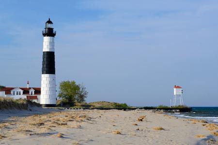 lake michigan lighthouse: Gran faro de la punta del Sable en las dunas, construido en 1867, el lago Michigan, MI, EE.UU. Foto de archivo