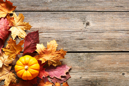 hojas antiguas: Autumn leaves and pumpkin over old wooden background with copy space Foto de archivo