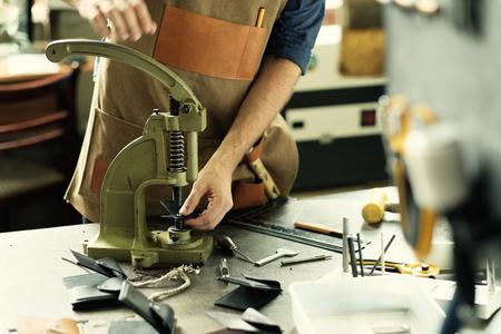 proprietario laboratorio artigianale in pelle al suo posto di lavoro