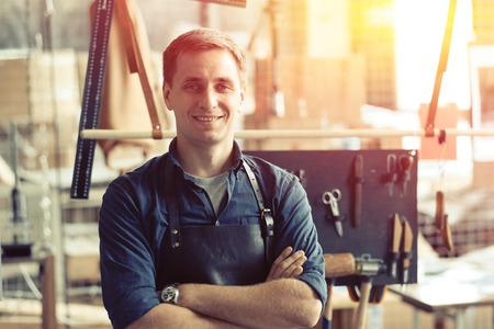 herramientas de trabajo: dueño del taller de artesanía de cuero en su lugar de trabajo