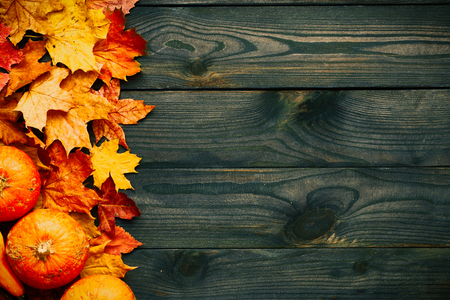 hojas antiguas: Autumn leaves and pumpkins over old wooden background with copy space