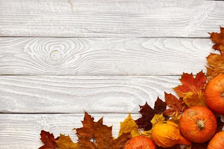 hojas antiguas: Hojas de otoño y calabazas sobre fondo de madera vieja con el espacio de la copia