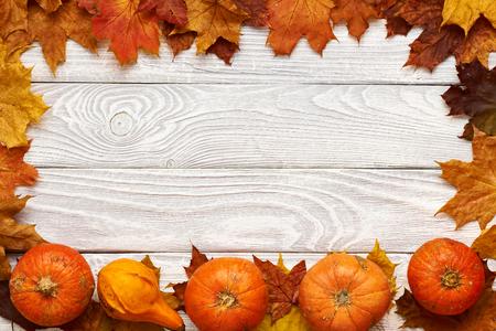 frutas deshidratadas: Hojas de otoño y calabazas sobre fondo de madera vieja con el espacio de la copia