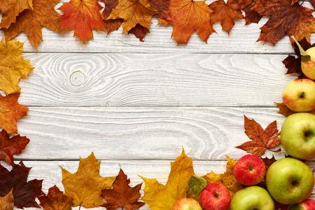 frutas deshidratadas: Hojas de otoño y las manzanas sobre fondo de madera vieja con el espacio de la copia