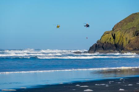 desilusion: costa del Pacífico, la decepción del cabo, WA, EE.UU.. helicópteros de la Guardia Costera en el cielo.