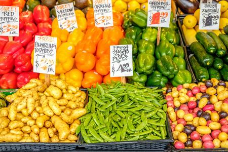 Frisches Bio-Obst und Gemüse auf Bauernmarkt