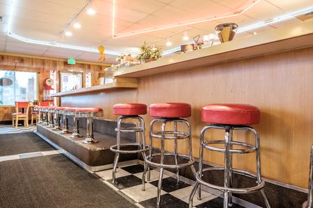 decoracion mesas: Diner interior clásico con contador y sillas Foto de archivo