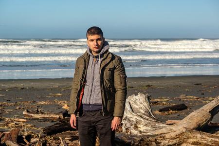 desilusion: Hombre solitario en la playa, otoño. EE.UU. costa del Pacífico paisaje, la decepción del cabo, el estado de Washington