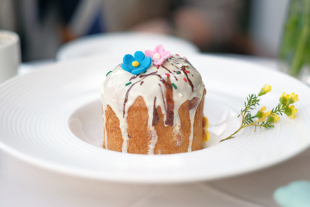decoracion mesas: Traditional easter cake at restaurant outdoor table