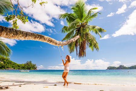 Femme, bleu, robe, balancer, tropicale, plage Banque d'images