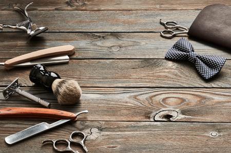 古い木製の背景にビンテージ バーバー ショップ ツール 写真素材 - 76161815