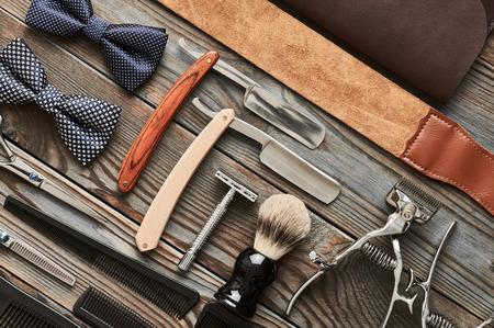 Vintage Friseur-Shop-Tools auf alten hölzernen Hintergrund Lizenzfreie Bilder