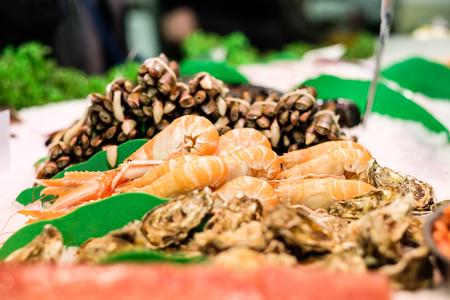 almeja: Langostinos frescos, almejas y ostras en el mercado de mariscos