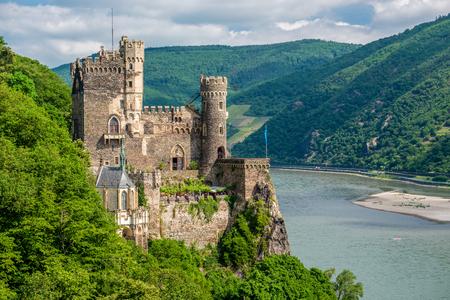 Rheinstein 성 라인 강 계곡 (라인 협곡) 독일에서. 1316 년에 지어졌으며 1825-1844 년에 재건되었습니다.