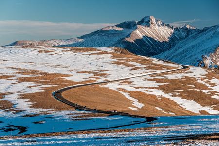 Trail Ridge Road, de hoogste (12.183 voet) ononderbroken weg in de VS in hoge alpiene toendra met rotsen en bergen in de herfst. Rocky Mountain National Park in Colorado, de VS