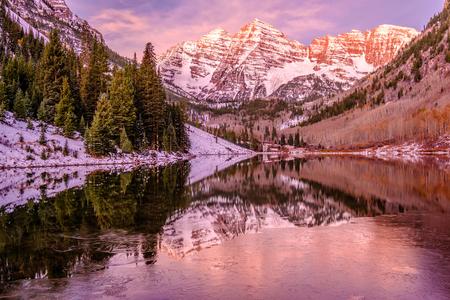 적갈색 벨 및 밤색 콜로라도, 미국에서에서 주위에 일출 눈에 바위와 산의 반사와 호수.