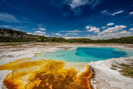 Piscina termal caliente del zafiro de la primavera en el parque nacional de Yellowstone, área del lavabo de la galleta, Wyoming, los EEUU