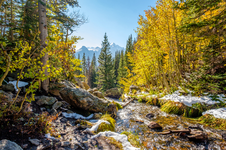 Season changing, first snow and autumn aspen trees in  Rocky Mountain National Park, Colorado, USA. Banque d'images