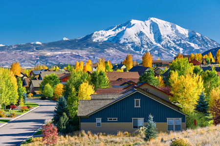 Residential neighborhood in Colorado at autumn, USA. Mount Sopris landscape. Foto de archivo