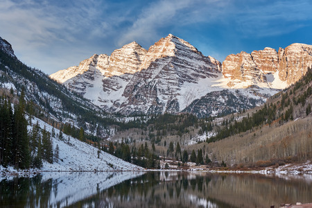 Maroon Bells and Maroon Lake with reflection of rocks and mountains in snow around at autumn in Colorado Rocky Mountains, USA. Stock Photo