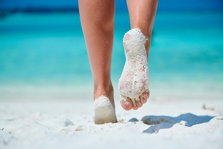Woman walking on tropical white sand beach. Summer vacation at Maldives. Banco de Imagens