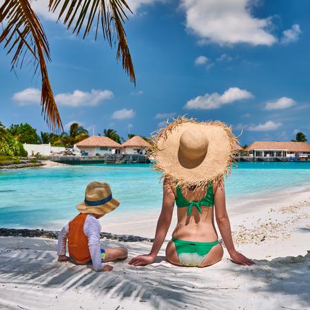 Drei Jahre alter Kleinkindjunge am Strand mit Mutter. Sommer Familienurlaub auf den Malediven. Standard-Bild