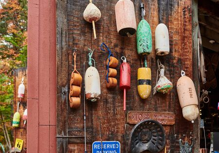 Angelbojen, die an der Holzwand auf dem Flohmarkt übergeben werden