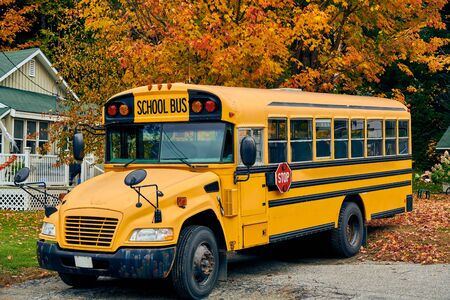 Autobus scolaire sur l'allée à l'automne, Maine, USA.